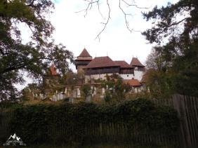 biserica si cimitirul
