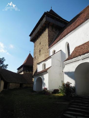 turnul clopotnita si biserica